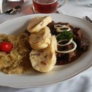 燉牛肉搭酸白菜與knedliki