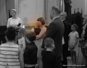 親友們都已受洗者為中心,圍繞在旁邊觀禮