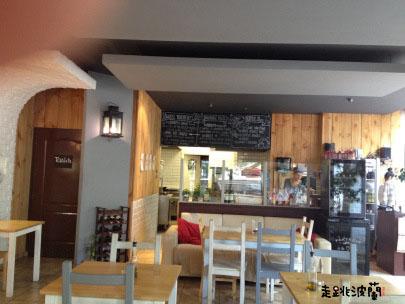 點餐區、廚房和黑板菜單
