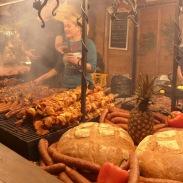 排超多人的烤肉攤