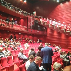 也是以紅色為主的表演廳