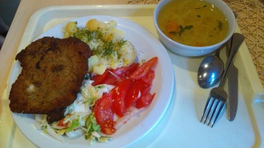 波式豬排、馬鈴薯、白菜與番茄沙拉加上雞湯