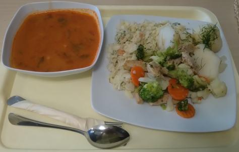 炒豬肉總匯、馬鈴薯、白菜沙拉以及紅椒湯